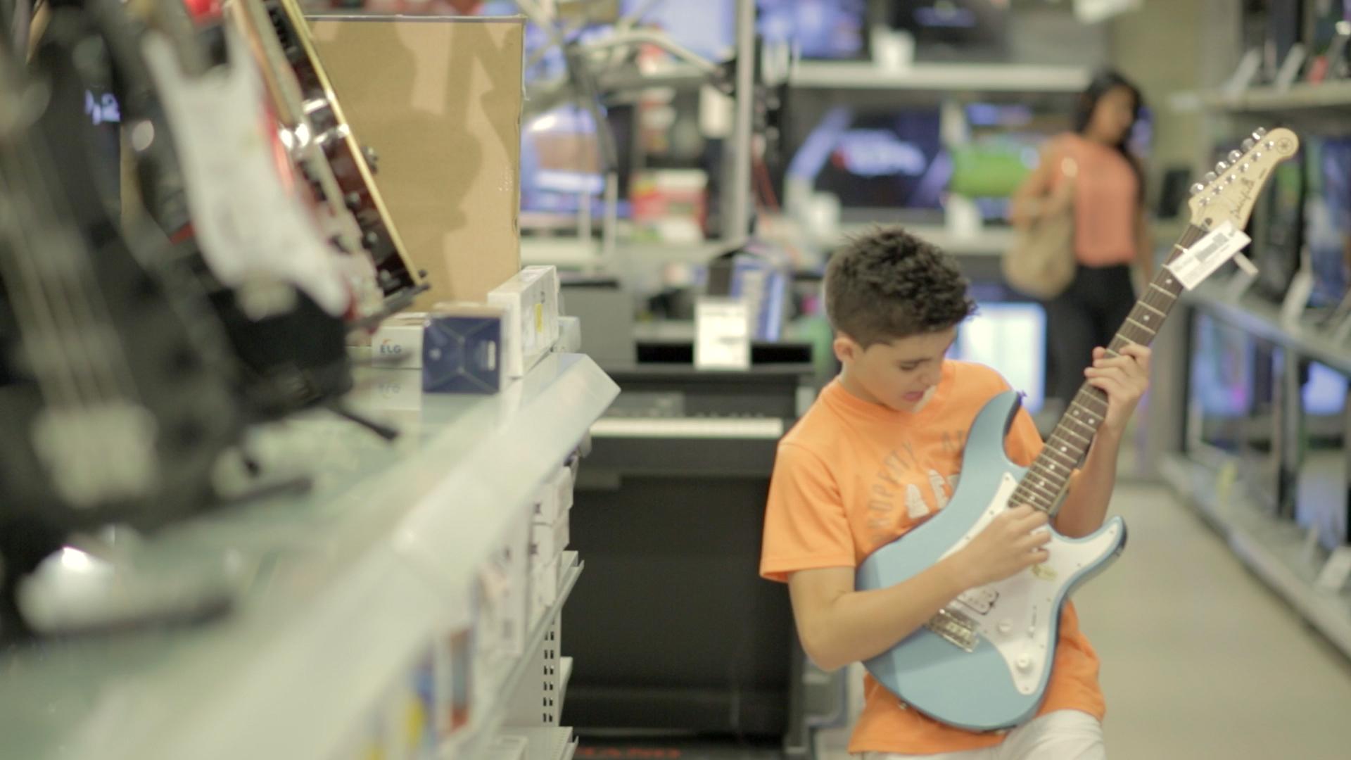 Bemol - Garoto tocando guitarra