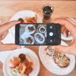Smartphone com instagram novidades foto de comida